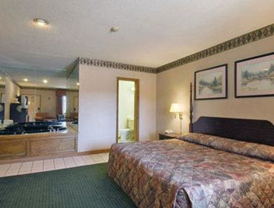 Howard Johnson Express Inn - Lenox: One Queen Suite with Jacuzzi