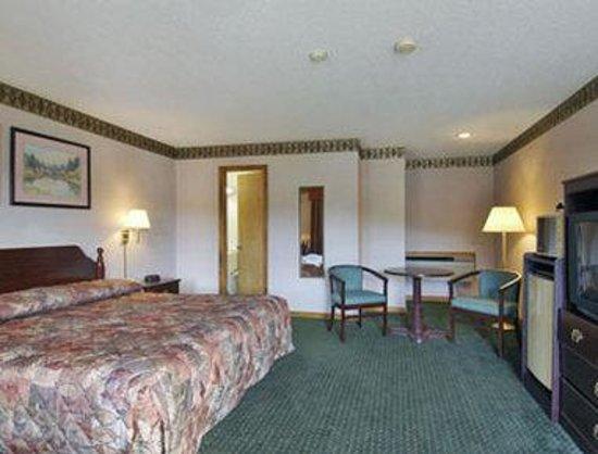 Howard Johnson Express Inn - Lenox: Standard One King Bed Room