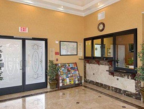 Howard Johnson Inn and Suites Pico Rivera: Lobby