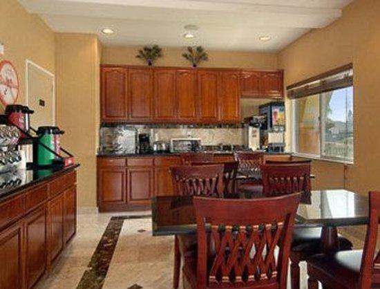 Howard Johnson Inn and Suites Pico Rivera: Breakfast Area
