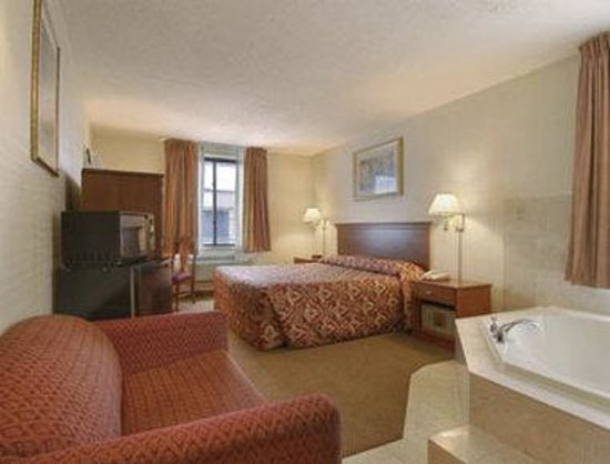 Howard Johnson Inn Jamaica JFK Airport NYC: Standard One King Bed with Jacuzzi Tub