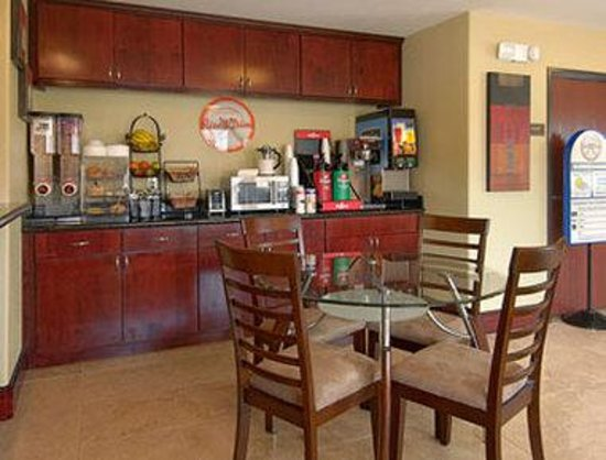Howard Johnson Lafayette: Breakfast Area
