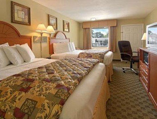 Howard Johnson Lafayette: Standard Two Queen Bed Room