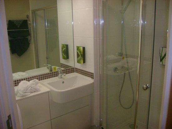 Premier Inn London Leicester Square Hotel: Banheiro