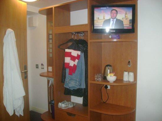 Premier Inn London Leicester Square Hotel: Armário