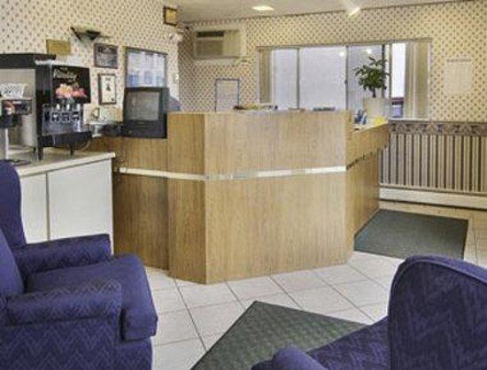 Howard Johnson Express Inn - Colorado Springs: Lobby