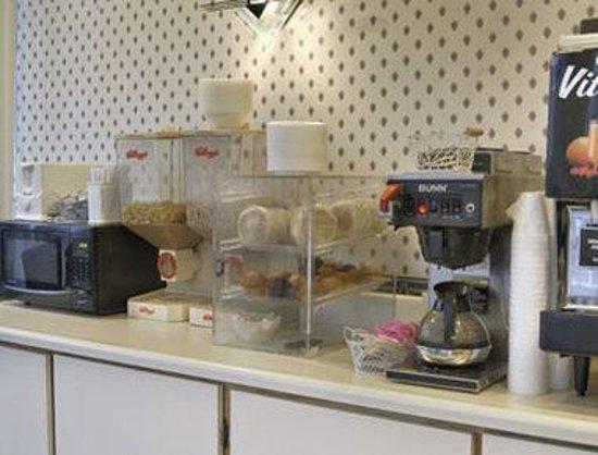 Howard Johnson Express Inn - Colorado Springs: Breakfast Setup