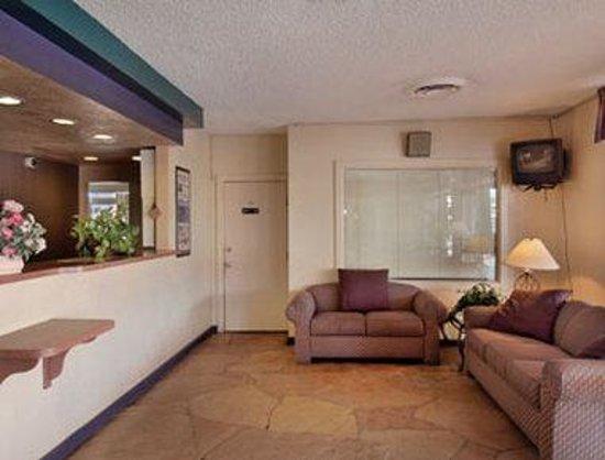 Howard Johnson Inn - Tucson Downtown: Lobby