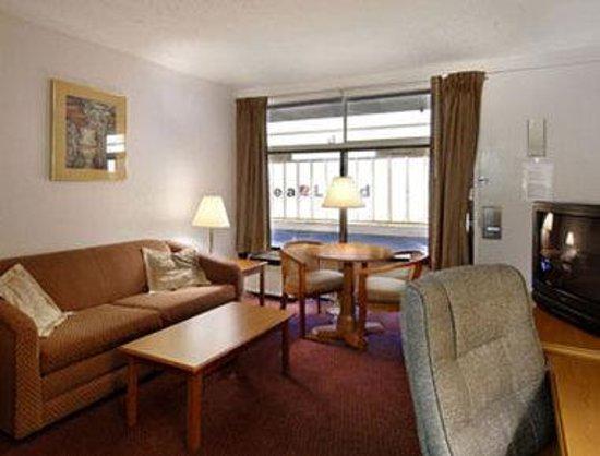 Howard Johnson Inn & Suites Columbus GA: Hospitality Parlour