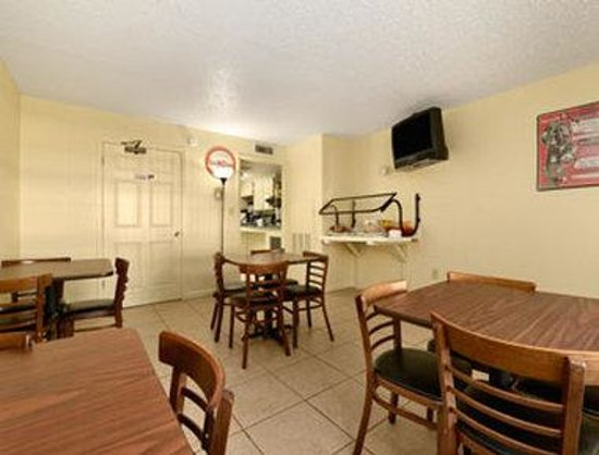 Howard Johnson Express Inn - Suites Lake Front Park Kissimme: Breakfast Area