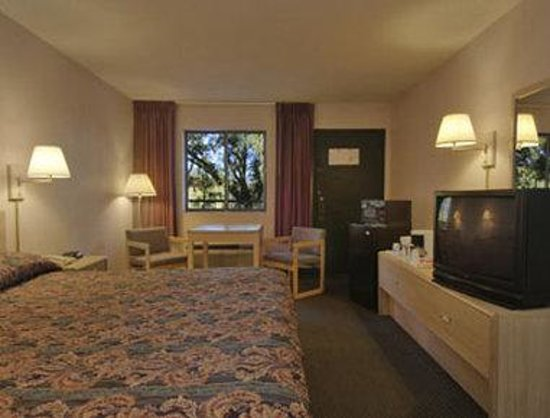 Howard Johnson Express Inn - Tallahassee: Standard One King Bed Room