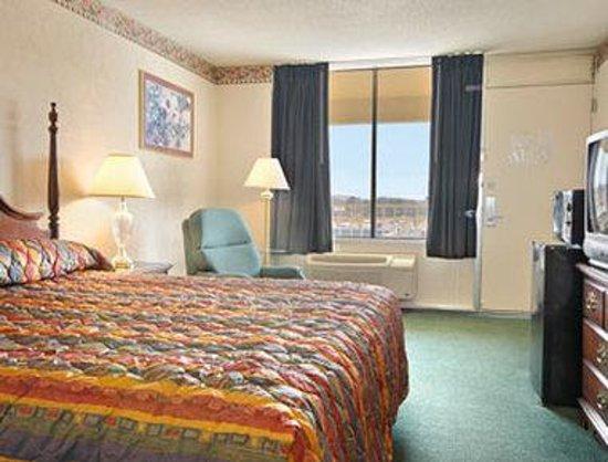 Howard Johnson Inn Cleveland: Standard King Bed Room