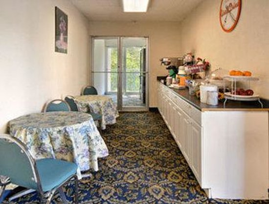 Howard Johnson Inn College Park: Breakfast Area