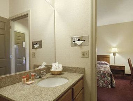 Howard Johnson Express - Springfield : Restroom