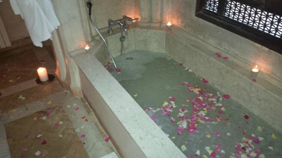 Dar Zemora: rose petal bath