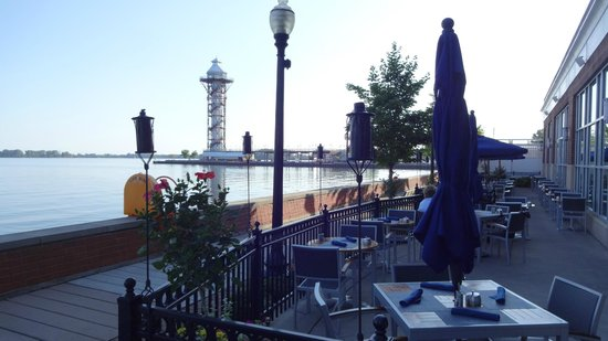 Sheraton Erie Bayfront Hotel: The patio at the Bayfront Grille