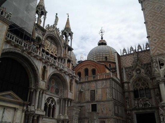 Markusdom (Basilica di San Marco): Side view of Basilica