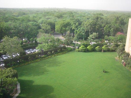 ITC Maurya, New Delhi: 窓からの風景(裏庭)