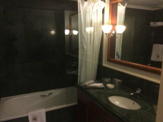 Catalonia Las Cortes: Bathroom in Room No. 301 - bathtub with curtain :-(