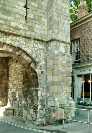 Lamb & Lion Inn: inside the city walls a real plus