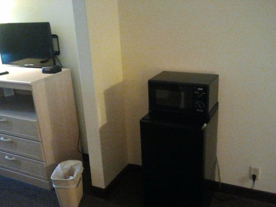 Days Inn Kansas City International Airport: Microwave and Mini Fridge