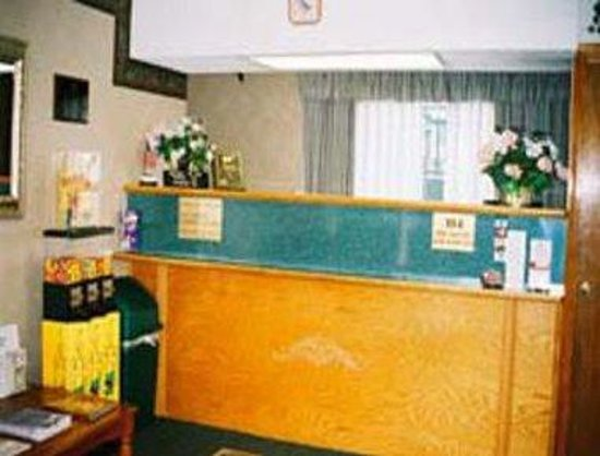 Richmond Inn & Suites: Front Desk