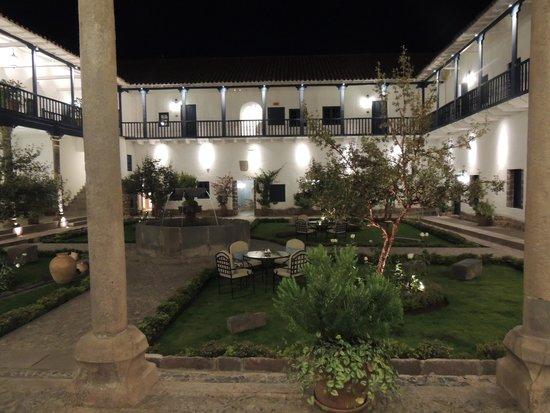 Belmond Palacio Nazarenas: Courtyard of the convent at night
