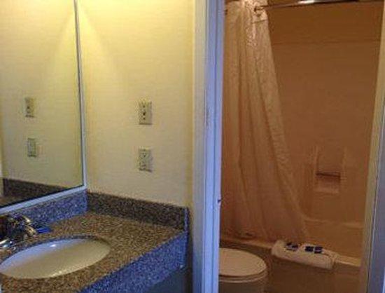 Knights Inn Waco: Bathroom