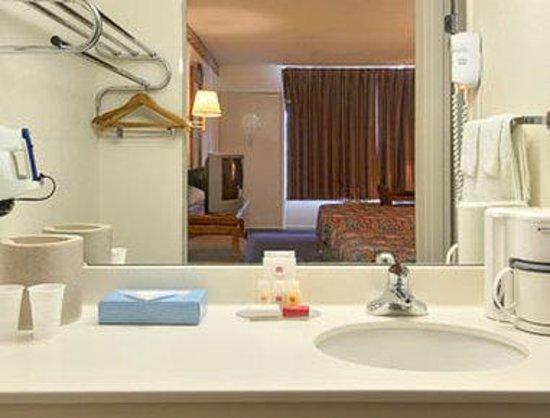 Knights Inn Staunton/Verona: Bathroom