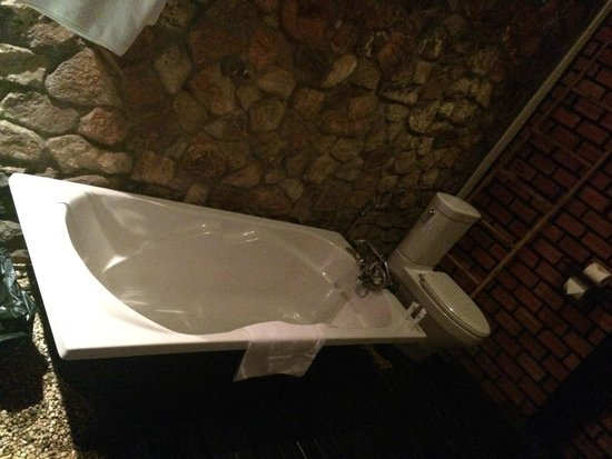 Petit Villa Boutique & Spa : large deep bathtub