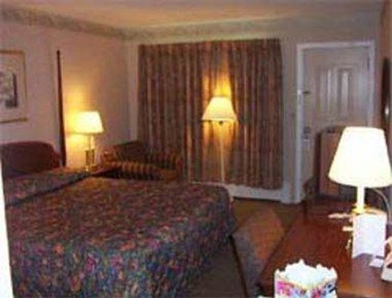 Knights Inn Lenox: King Guest Room