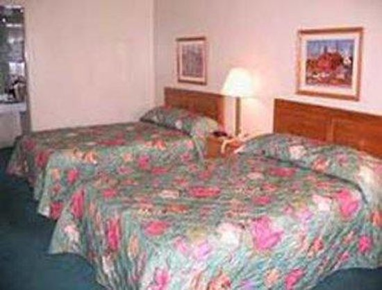 Knights Inn New Philadelphia: Guest Room With Two Beds