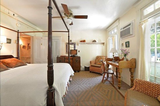 The Village Latch Inn: Main House Queen Room Four Poster With Deck