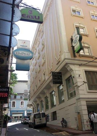 Ersu Hotel: Het straatje waar het hotel is.