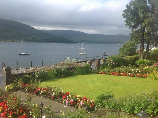 Myrtle Bank Guest House: Lovely view over the loch from the front garden.