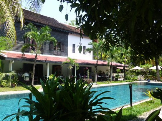 La Maison d'Angkor: swimming pool and garden