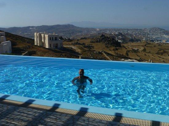 Zinas Villas: View over the infinity pool
