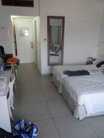Asterias Beach Hotel: chambre spacieuse