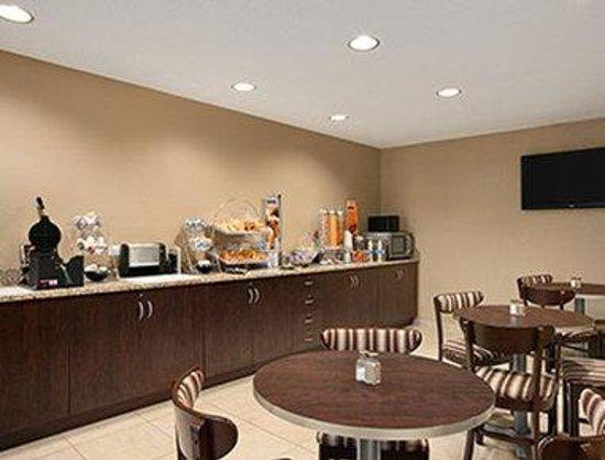 Microtel Inn & Suites by Wyndham Mineral Wells/Parkersburg: Breakfast Area