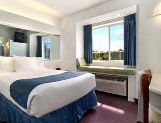 Microtel Inn & Suites by Wyndham Gulf Shores : Standard One Queen Bed in Building One.