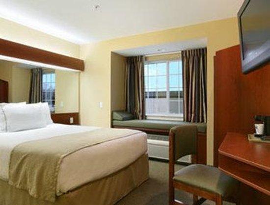 Microtel Inn & Suites by Wyndham Rogers : King Bed Room