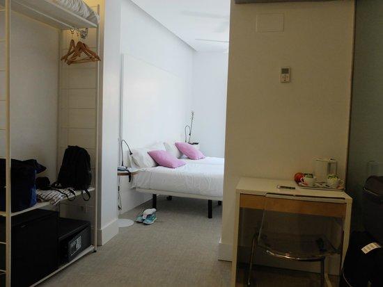 Artrip Hotel: Bedroom from Living room