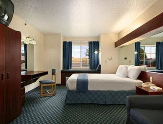Microtel Inn & Suites by Wyndham Tulsa East : Suite
