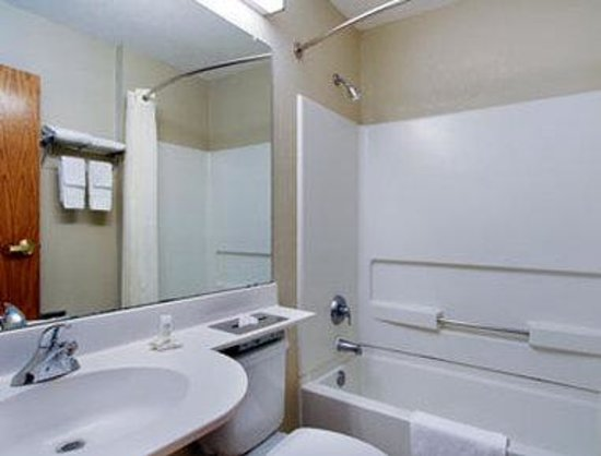 Microtel Inn & Suites by Wyndham Newport News Airport: Bathroom