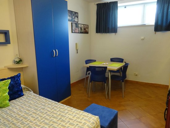 Albis Rooms: Dining area and full wardrobe