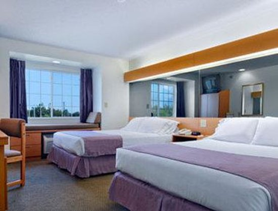 Microtel Inn & Suites by Wyndham Plattsburgh: Standard 2 Queen Room