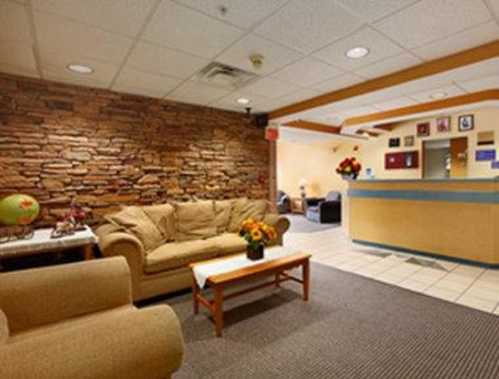Microtel Inn & Suites by Wyndham Pigeon Forge: Lobby Area