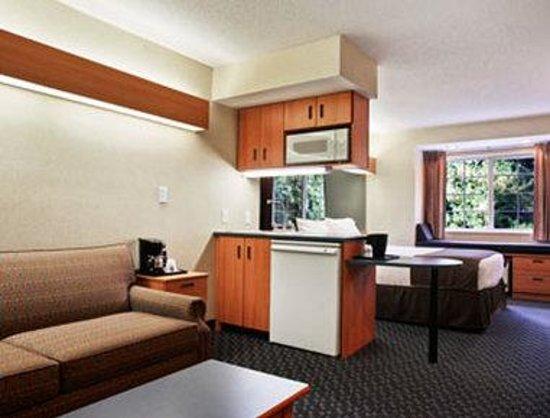 Microtel Inn & Suites by Wyndham Bethel/Danbury : Suite
