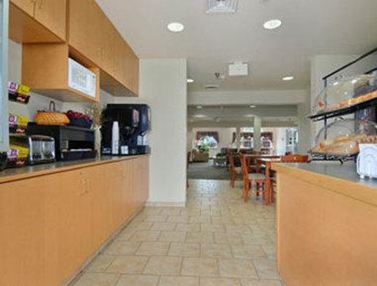 Microtel Inn & Suites by Wyndham Mankato: Breakfast Area