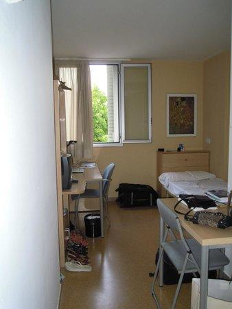 Residencia Universitaria Torre Girona: cama y escritorio
